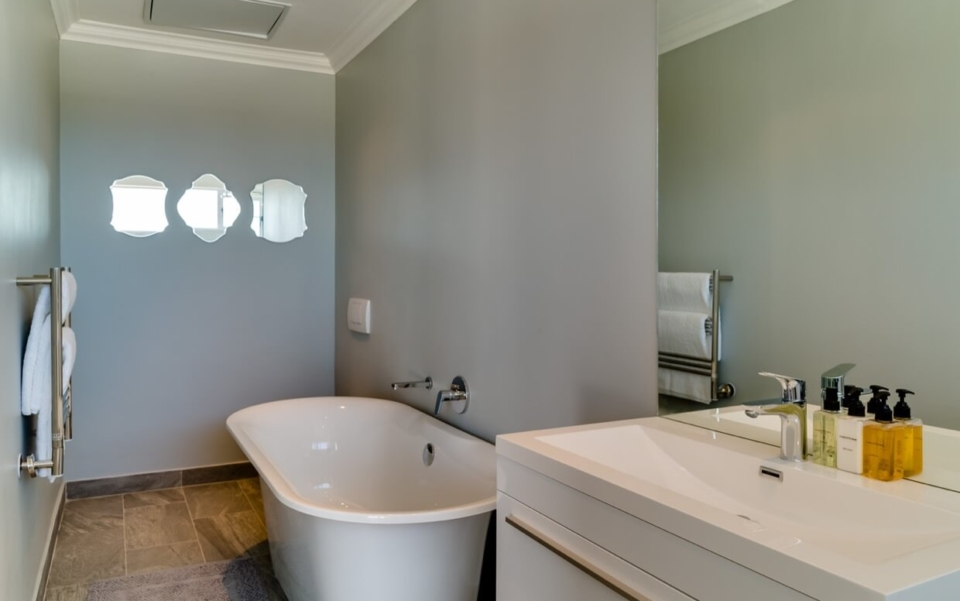 Luxury Villa Vacation Rentals Self Catering Accommodation Cape Town Camps Bay Ottawa Bedbath02